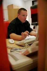 Un ragazzo con Sindrome di Down concentrato al lavoro