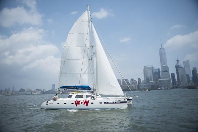 il-catamarano-nelle-acque-di-ny