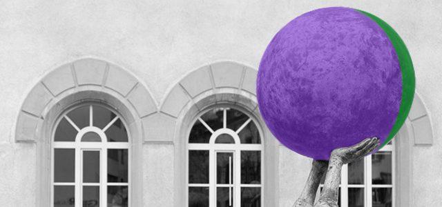"""Due mani che sorreggono in alto una sfera, apparentemente senza sforzo. I colori, verde e viola, sono contrastanti ma funzionali, e riprendono sia il logo di Fed.Man, sia il fatto che la coadiuvazionedi diversità può creare delle sinergie per trasformare le idee in soluzioni in ambito inclusivo (particolare della scultura """"Einwurf zum Spiel"""" (Metti in gioco) di R. Indermaur, foto di F. Nikles)"""