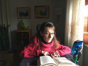 Stefania Delendati, in primo piano mentre legge un libro