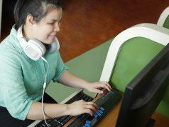 Accomodamenti ragionevoli. Un esempio: una ragazza non vedente che scrive al computer con tastiera Braille
